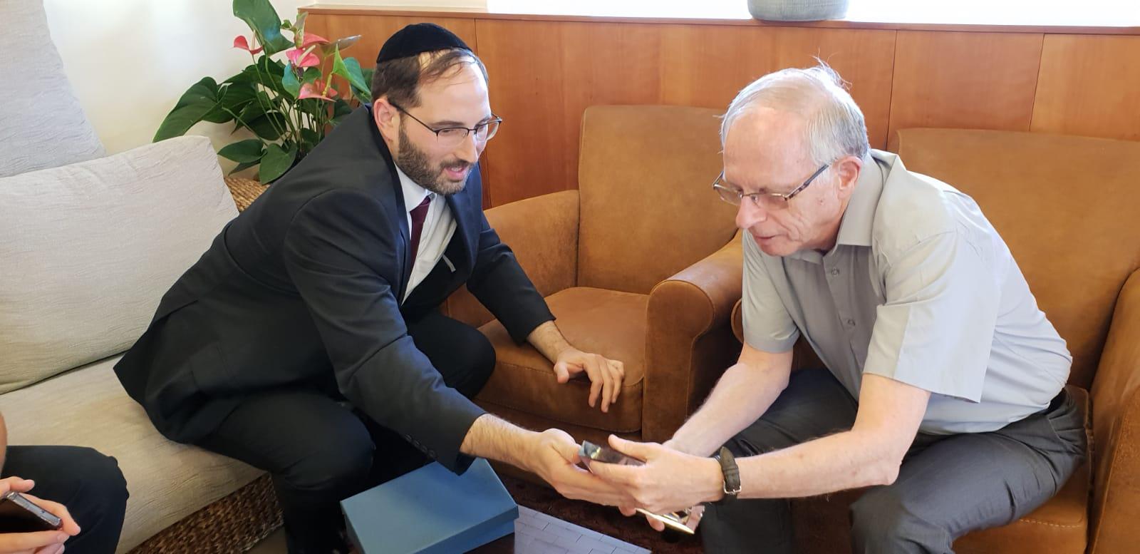 """ארגון בוני עולם בישראל העניק אות הוקרה למנכ""""ל קופ""""ח כללית פרופ' אהוד דודסון"""