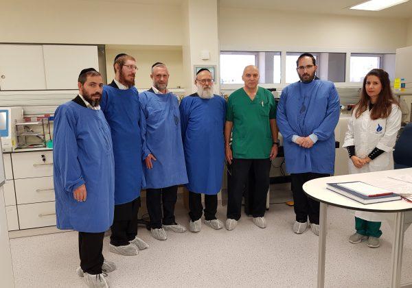 צוות ארגון 'בוני עולם' בסקירת המעבדה החדשה במרכז הרפואי 'וולפסון'