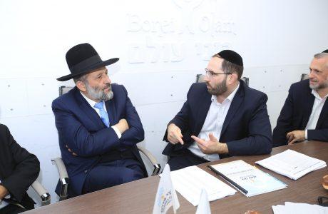 """יו""""ר ש""""ס השר הרב אריה דרעי ביקר במשרדי ארגון """"בוני עולם"""""""