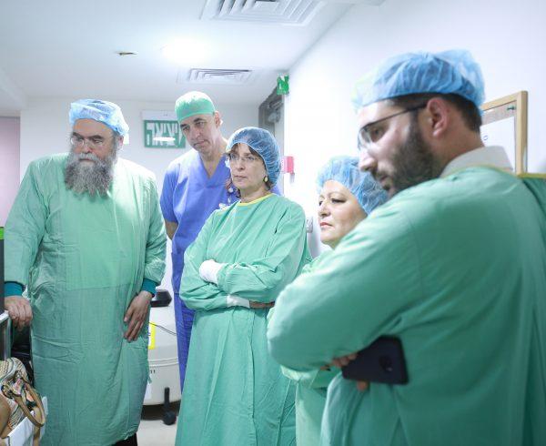 """ראש חטיבת הרפואה במשרד הבריאות ד""""ר ורד עזרא במרכז הפיקוח המעבדתי """"לב דניאלי"""" של 'בוני עולם'"""